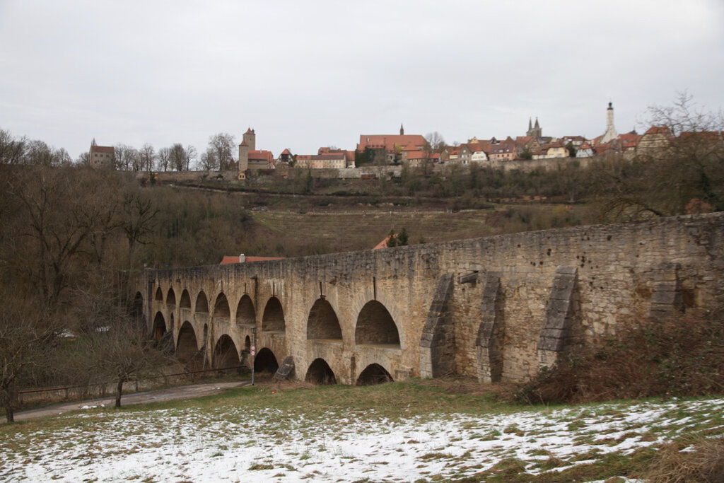 Die Doppelbrücke über die Tauber, im Hintergrund Rothenburg