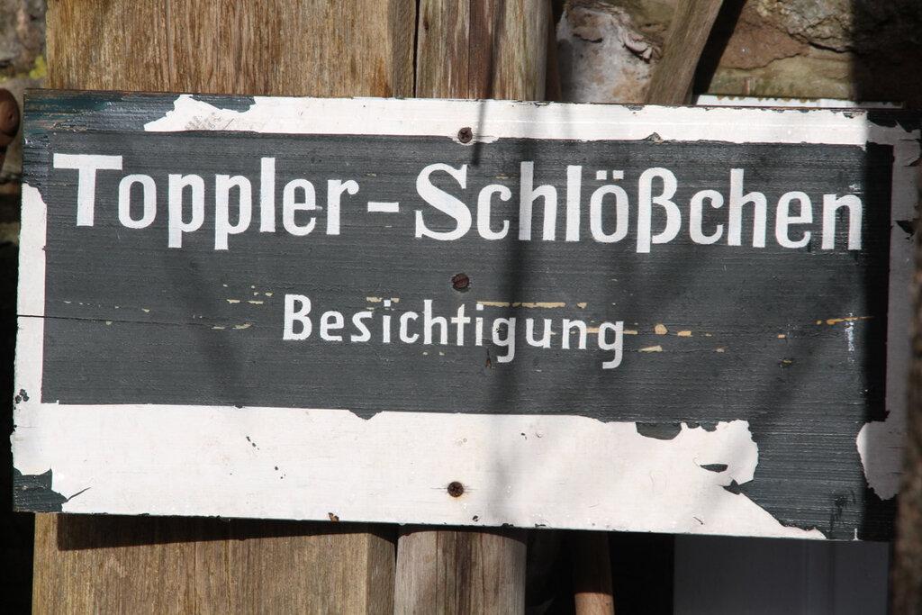 Tafel mit dem Hinweis zur Besichtigung des Toppler-Schlößchens