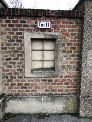 Ziegelmauer mit Schild Tor 11