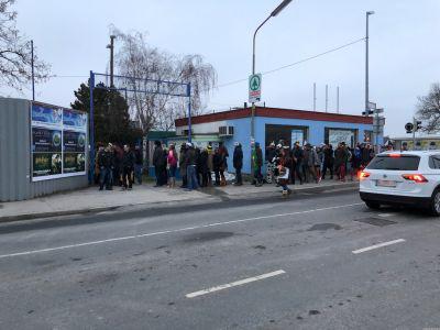 Verkleidete Menschen beim Eingang zum SV Essling Sportplatz