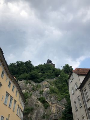 Blick vom Schlossbergplatz zum Schlossberg mit dem Uhrturm