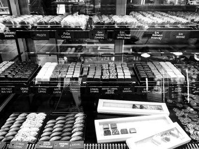 Schokolade in der Auslage eines Geschäfts