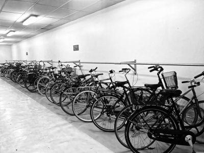 Räder in einer Radgarage bei einer Metrostation