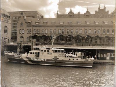 Ein Schiff der Küstenwache im Zollkanal