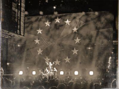 U2 auf der Bühne im Hintergrund eine große Europa-Flagge