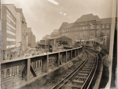 Die Hochbahn aus der U-Bahn fotografiert