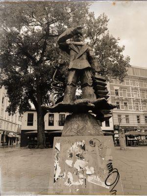 Denkmal für Hans Albers aus Metall auf einem Betonsockel