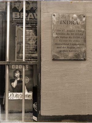 Wandtafel, die an den ersten Auftritt der Beatles im Indra erinnern soll.