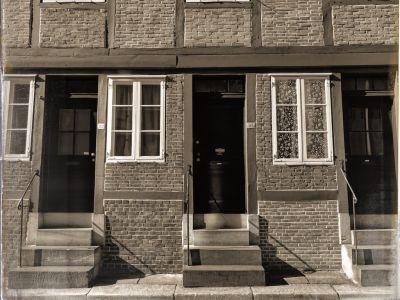 Hausfasade mit Eingängen