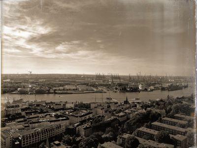 Der Stadtteil Neustadt, die Elbe, die Musicalbühnen und der Containerhafen