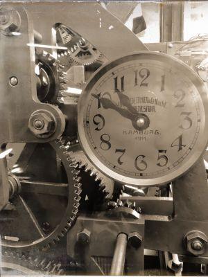 Uhrwerk mit Zahnrädern und Ziffernblatt