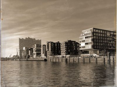 Die Elbphilharmonie und die Fassaden der Häuser der Hafencity