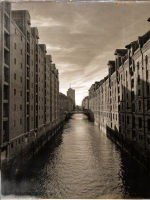 Kanal mit Speicherhäusern auf beiden Seiten