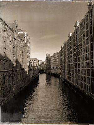 Kanal mit Speicherhaus und zum Parkhaus umgebauten Speicherhaus