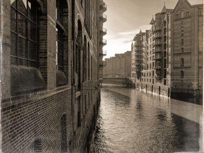 Speicherhäuser am Kanal und eine Fachwerkbrücke