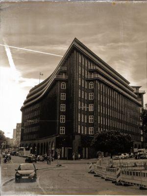 Backsteinhaus dessen Fassade an eine Bugspitze erinnert