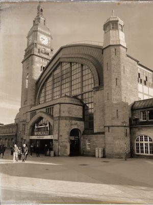 Westlicher Eingang des Hauptbahnhofs mit Glasfassade und zwei Türmen