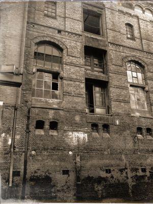 Alte Fassade und Fenster mit eingeschlagenem Glas
