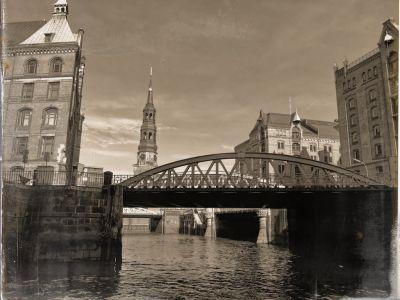 Fachwerkbrücke und die St. Katharinen Kirche im Hintergrund