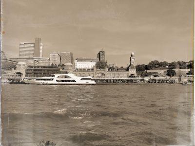 Ein Ausflugsboot an den Landungsbrücken bei St. Pauli