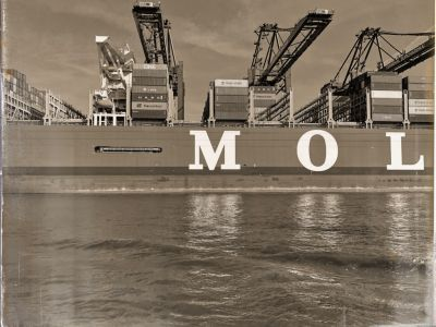 Containerschiff teilweise beladen