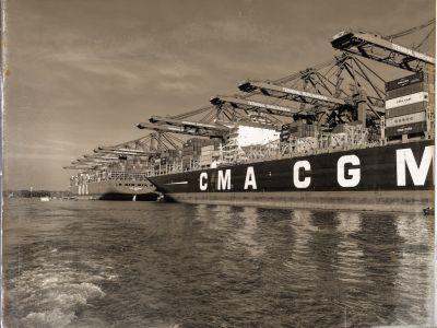 Containerschiffe an der Mole und Kräne