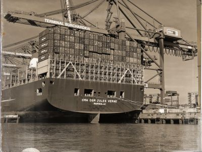 Heck eines teilweise beladenen Containerschiffs