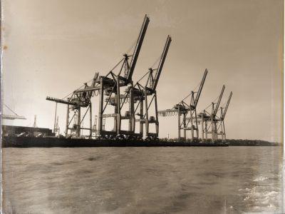 5 große Container an einer Elbmole