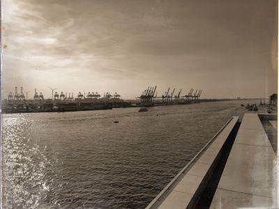Die Elbe und Kräne auf der anderen Uferseite