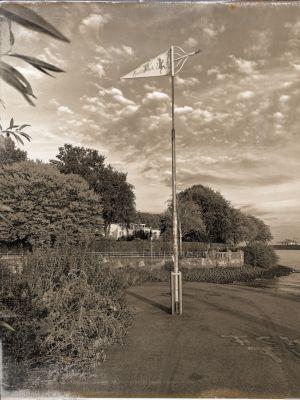 Ein Mast mit Wimpel an der Hafeneinfahrt Teufelsbrück