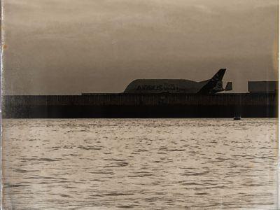 Die Elbe und ein Airbus Beluga am Flugfeld