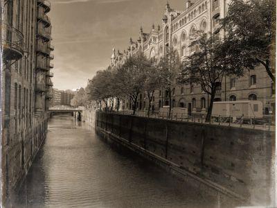 Kanal mit Speicherhäuser links und Wohnhäuser rechts