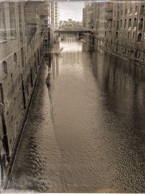 Kanal mit wenig Wasser und Speicherhäusern