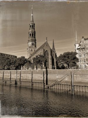 Der Zollkanal und dahinter die St. Katharinen Kirche