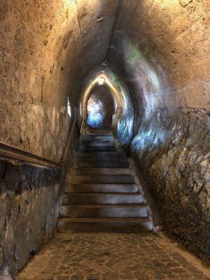 Aufgang mit Stufen in einem Gewölbe