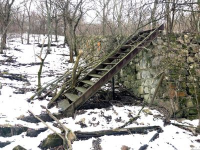 Eine Metalltreppe an der Steinmauer einer Verteidigungsanlage