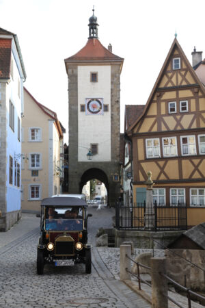 Ein Oldtimer beim Plönlein mit dem Siebersturm im Hintergrund