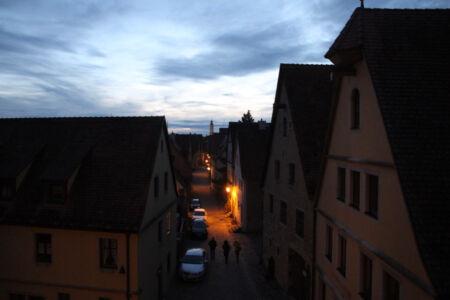 Blick von der Stadtmauer auf das abendliche Rothenburg